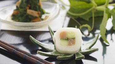 Szpinak z kurkami i ichimatsu-maki  z wędzonym łososiem i świeżym ogórkiem