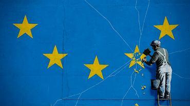Mural Banksy'ego na ścianie budynku w Dover ilustrujący Brexit.