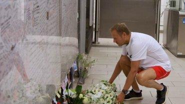 Donald Tusk składa kwiaty pod tablicą pamiątkową na stacji metra Maelbeek