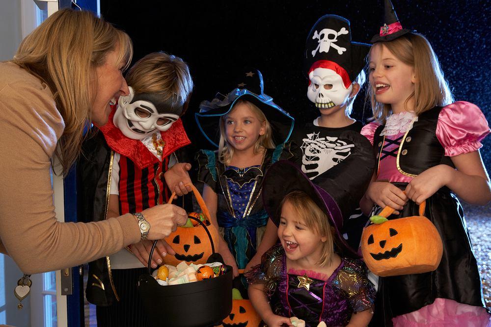 Tworzenie strojów na Halloween dla dzieci to świetna zabawa. Zdjęcie ilustracyjne