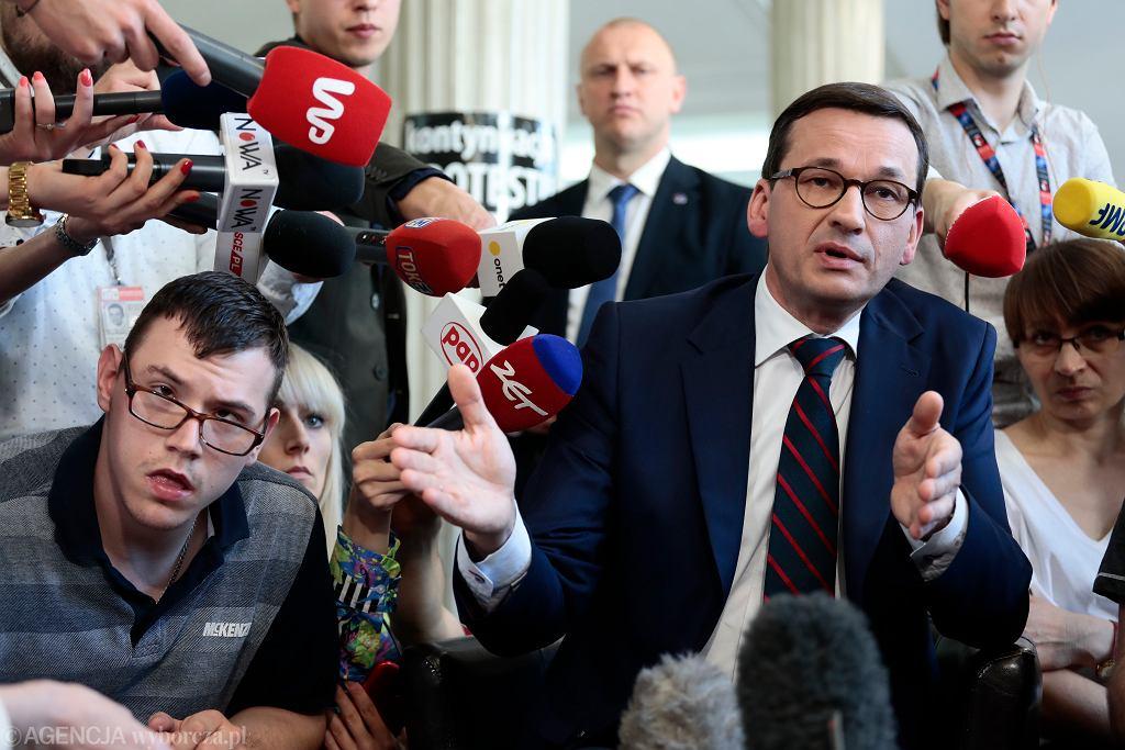 Premier Mateusz Morawiecki podczas protestu rodziców dzieci niepełnosprawnych w Sejmie