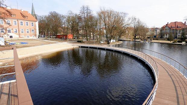 Dwupoziomowy pomost na jeziorze w Szczecinku. W głębi - zamek