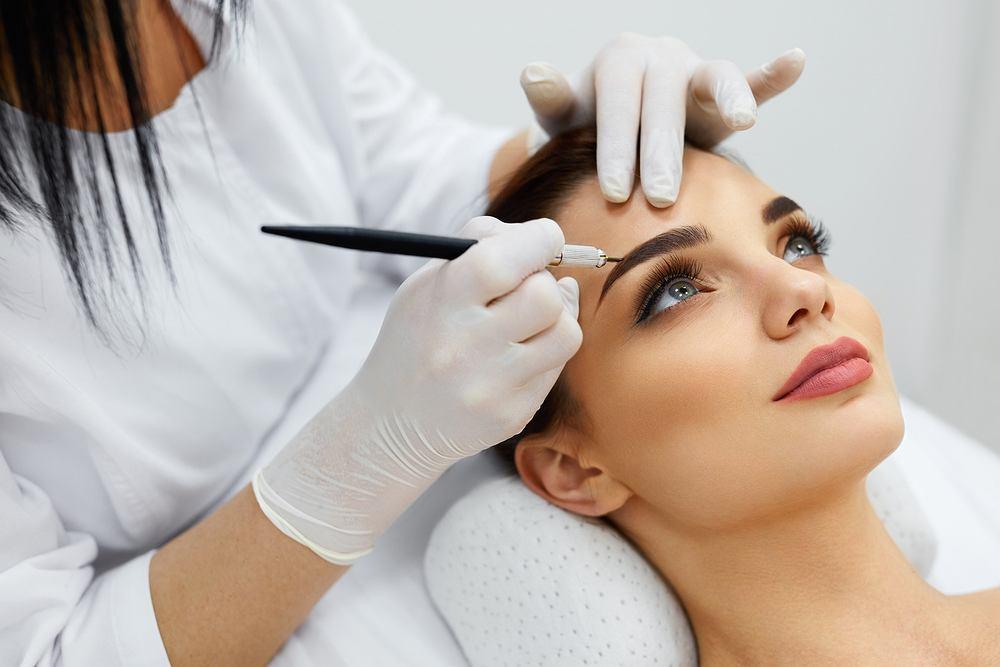makijaż permanentny brwi należy wykonać w profesjonalnym salonie kosmetycznym. Zdjęcie ilustracyjne