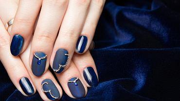 Jaki kolor paznokci pasuje do granatowej sukienki? Granat z delikatnymi wzorkami będzie dobrym wyborem. Zdjęcie ilustracyjne