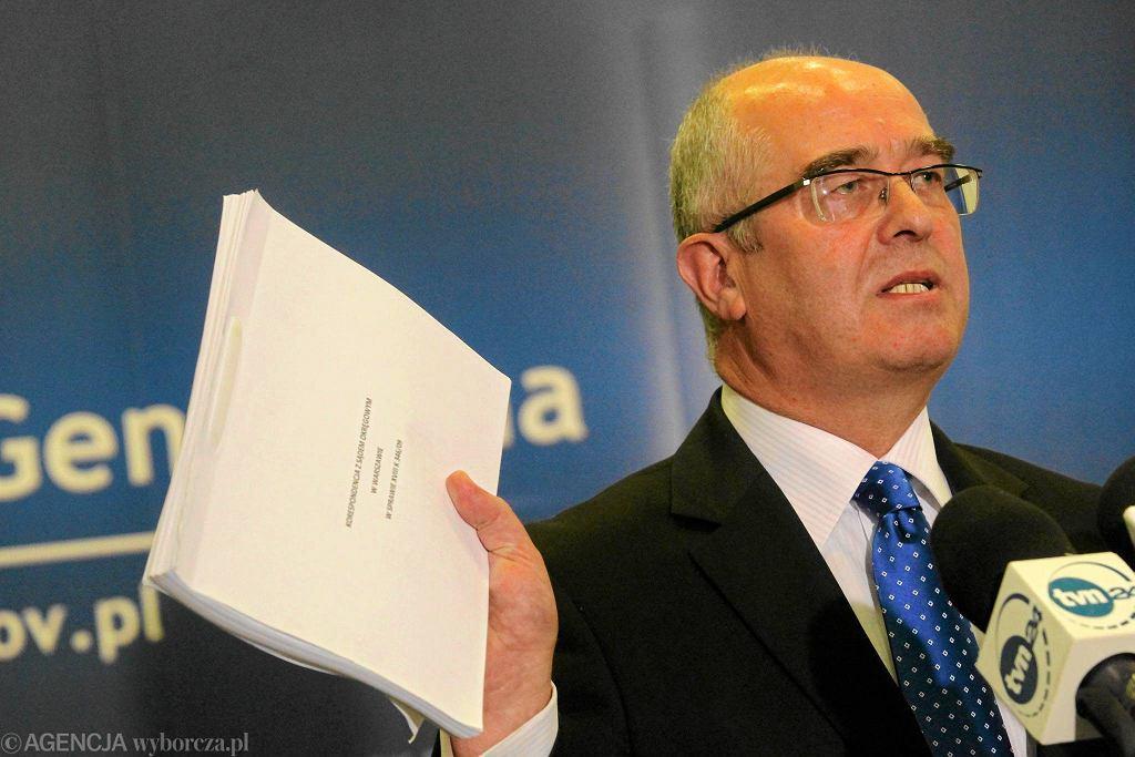 Andrzej Seremet podczas konferencji pokazywał plik z korespondencją między prokuraturami