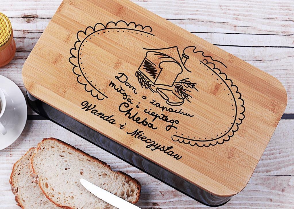 Czarny chlebak z bambusową deską.