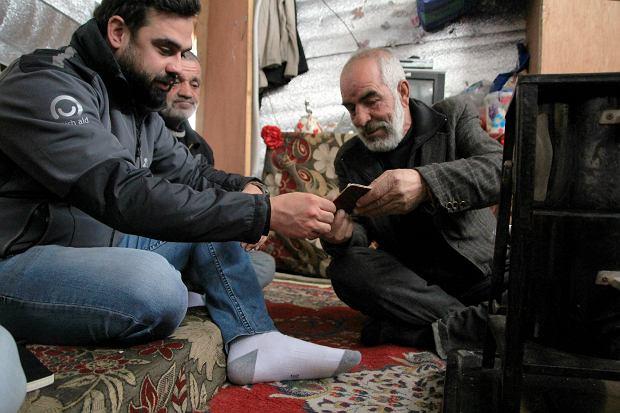 Pracownik fundacji PCPM oraz Abu Dżabir, lider jednego z obozowisk w Arsalu