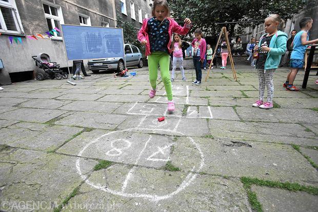 Gry i zabawy podwórkowe dla dużych i małych przy ul. Ściegienniego