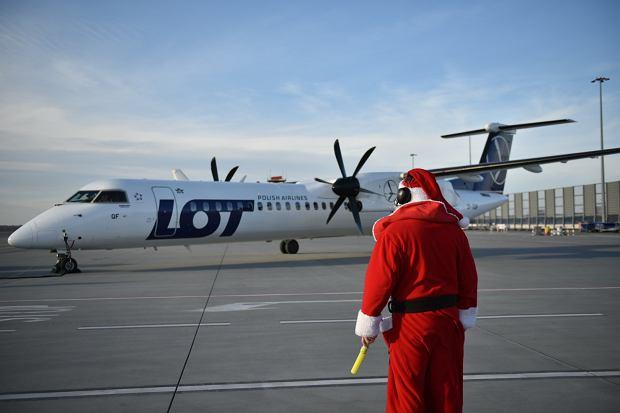 Zdjęcie numer 10 w galerii - Niecodzienny widok na wrocławskim lotnisku. Pasażerów witali i żegnali mikołaje-marszałkowie [ZDJĘCIA]