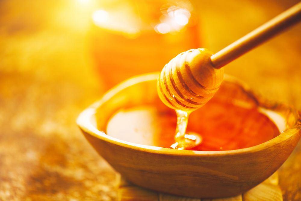 Do słodzenia, do pieczywa, na deser - miód jest zdrowszy od cukru, ale we wszystkim trzeba zachować umiar
