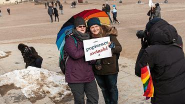 Happening Kampanii Przeciw Homofobii 'Popieram Związki'. 11.02.2016 Warszawa