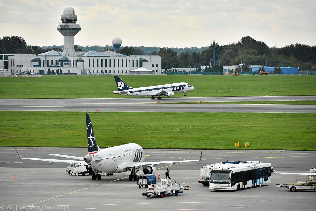 Samoloty LOT-u na lotnisku Warszawa-Okęcie.