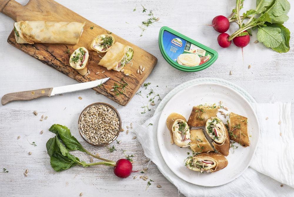 Rulony naleśnikowe z serem kremowym Gouda, warzywami i kiełkami
