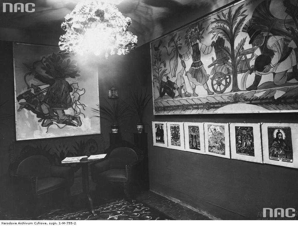 Fragment sali z ekspozycją polską na Międzynarodowej Wystawie Sztuki Dekoracyjnej w Monza, 1925 rok. Widoczne drzeworyty ludowe i obrazy Zofii Stryjeńskiej (fot. Narodowe Archiwum Cyfrowe)