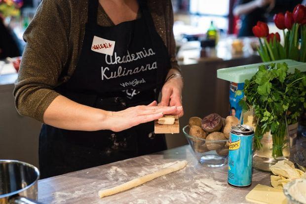 Za pomocą riga gnocchi - rowkowanej deseczki (zdjęcie) lub widelca robiliśmy na  kluskach paski