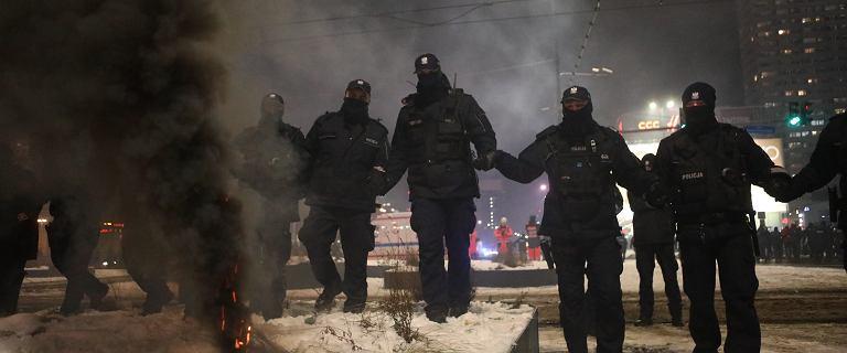 """Strajk Kobiet w Warszawie. Interweniowała policja, utworzono """"kocioł"""""""