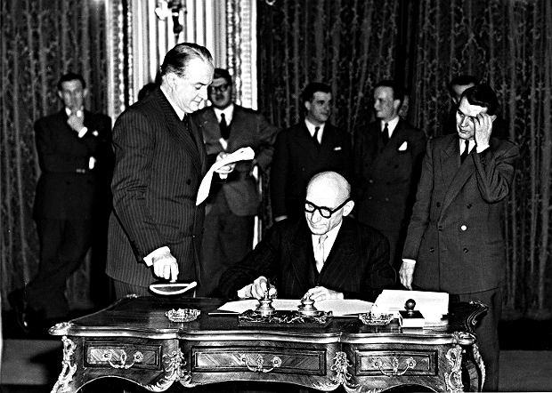 Minister spraw zagranicznych Francji  Robert Schuman podpisuje traktat paryski, 18 kwietnia 195.