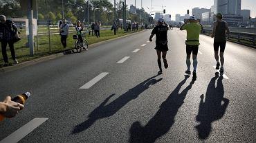 Katowice, 4 października 2015. W siódmej edycji PKO Silesia Marathon ulicami Katowic, Mysłowic i Siemianowic Śląskich pobiegło ponad 4 tys. osób.