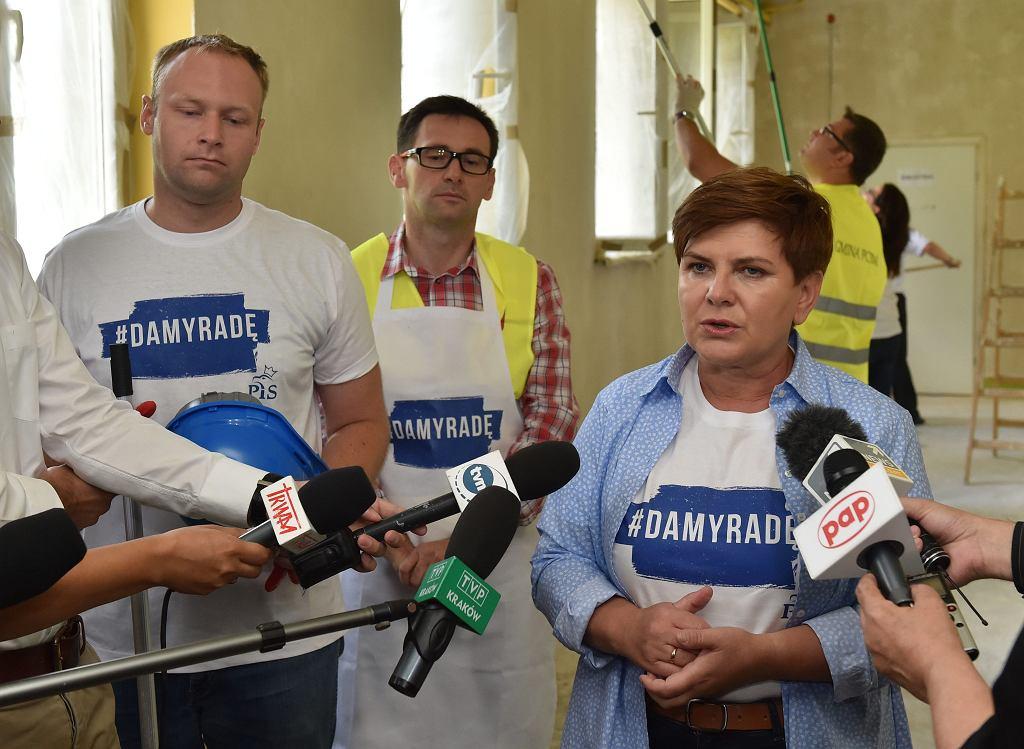 Sierpień 2015, wójt Obajtek i kandydatka na premiera Beata Szydło odnawiają szkołę w Pcimiu