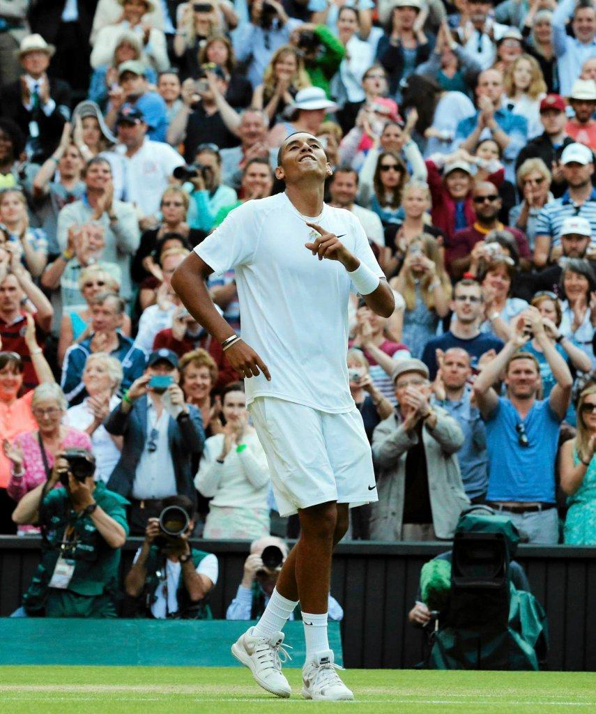 Nick Kyrgios tańczy po zwycięstwie nad Nadalem. Australijski tenisista pokonał Hiszpana w czwartej rundzie Wimbledonu 7:6(7-5), 5:7, 7:6 (7-5), 6:3.