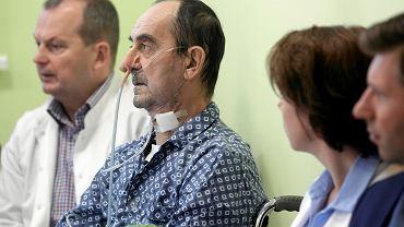 64-letniemu Krzysztofowi lekarze przeszczepili fragment przełyku, krtani i skóry. Tę niezwykłą operację przeprowadził w Centrum Onkologii w Gliwicach zespół chirurgów pod kierunkiem prof. Adama Maciejewskiego