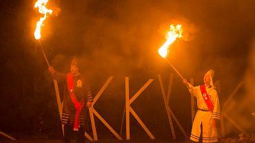 Ku Klux Klan podczas ceremonii spalenia krzyża