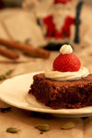 Piernikowe brownie w czapeczce Świętego Mikołaja