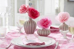 Walentynkowe dekoracje: róże z bibuły
