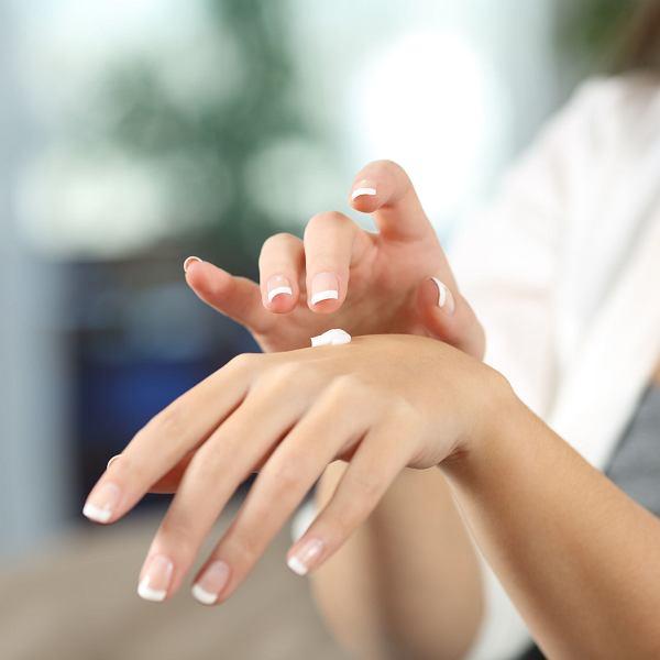 Częste mycie i dezynfekcja rąk wyniszcza skórę dłoni