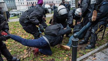 Policja usuwa Klementynę Suchanow z trasy Marszu Niepodległości w listopadzie 2017 r.