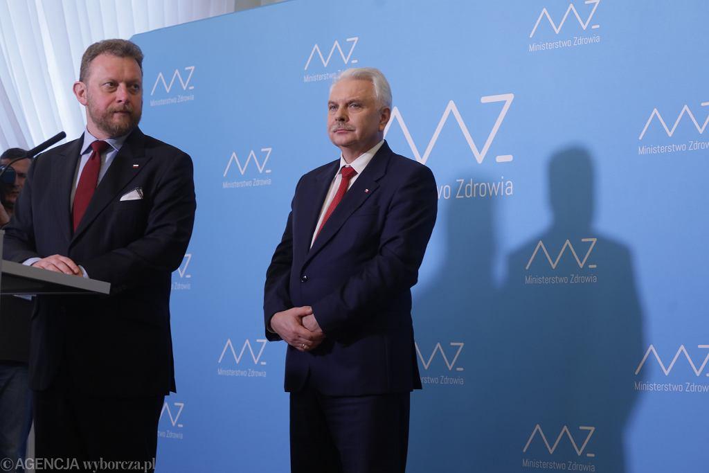 Minister zdrowia Łukasz Szumowski i wiceminister Waldemar Kraska podczas konferencji dot epidemii koronawirusa w Polsce. Warszawa, 7 marca 2020