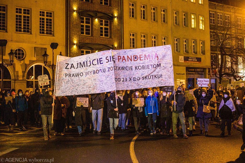 Gdańsk. Muzeum otrzymało baner ze Strajku Kobiet. Radny PiS oburzony