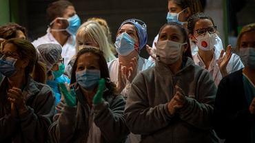 Koronawirus w Hiszpanii - reakcja lekarzy na akcję mieszkańców Barcelony, którzy oklaskami dziękują im za walkę z epidemią.