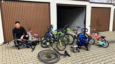 Damian Żurawski i rowery, które trafią do dzieci