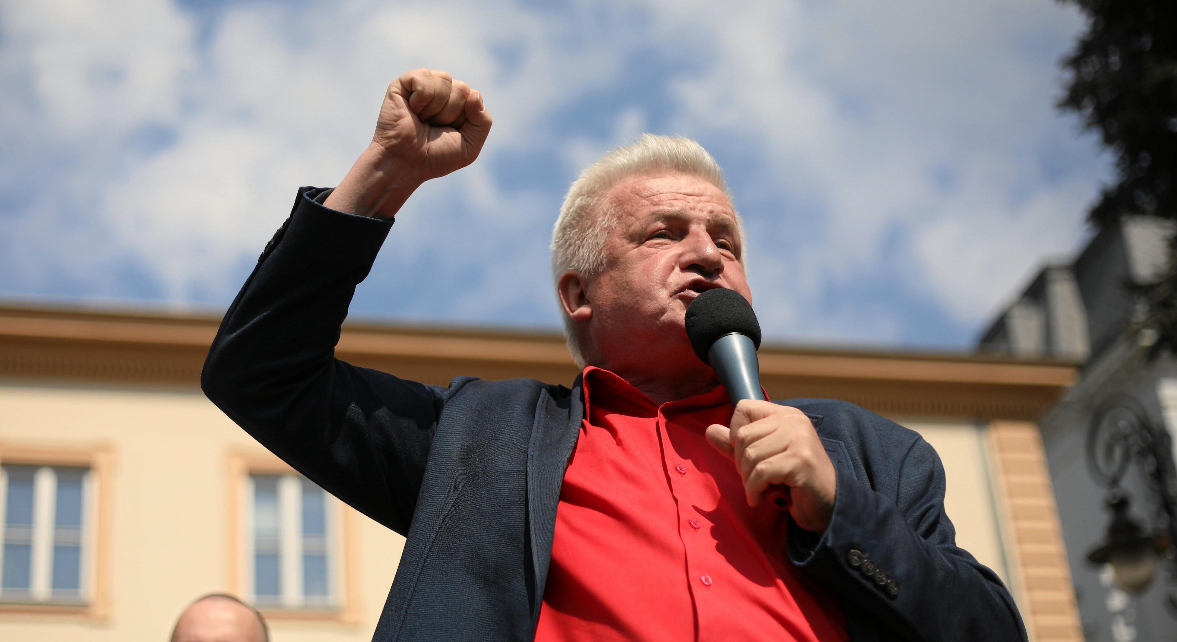 Piotr Ikonowicz podczas pochodu zorganizowanego przez Ruch Sprawiedliwości Społecznej z okazji Święta Pracy (fot. Jedrzej Nowicki / Agencja Gazeta)