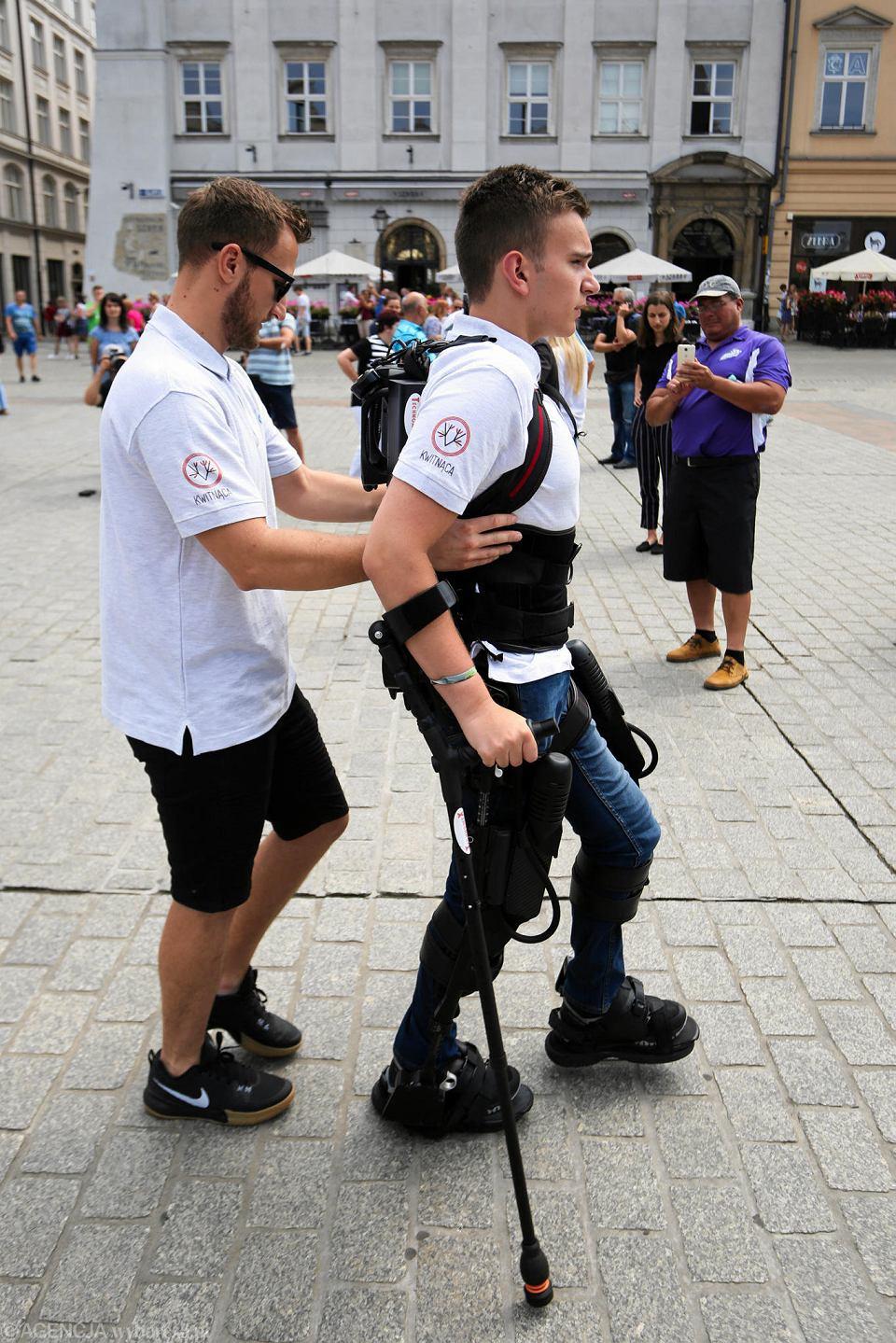 Zdjęcie numer 6 w galerii - Niepełnosprawny spacerował w egzoszkielecie po Rynku Głównym w Krakowie [ZDJĘCIA]