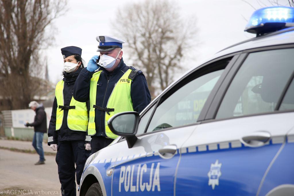 Policja i żandarmeria wojskowa w dobie pandemii koronawirusa. Funkcjonariusze zatrzymują i kontrolują pojazdy - po wprowadzeniu obostrzeń (rząd nakazuje pozostanie w domach - wiosenny lockdown). Szczecin, 1 kwietnia 2020