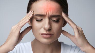 Hiperprolaktynemia u kobiet może objawiać się m.in. bólem głowy, drażliwością, złym samopoczuciem.