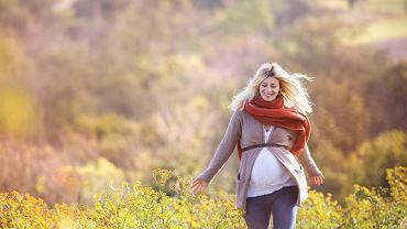 Według jednego z przesądów ciążowych nie należy nosić szalika, korali i niczego innego na szyi, ponieważ może to spowodować zaplątanie się dziecka w pępowinę. Oczywiście to czy ciężarna ozdabia czymś szyję, czy nie, nie ma żadnego znaczenia dla zdrowia dziecka.