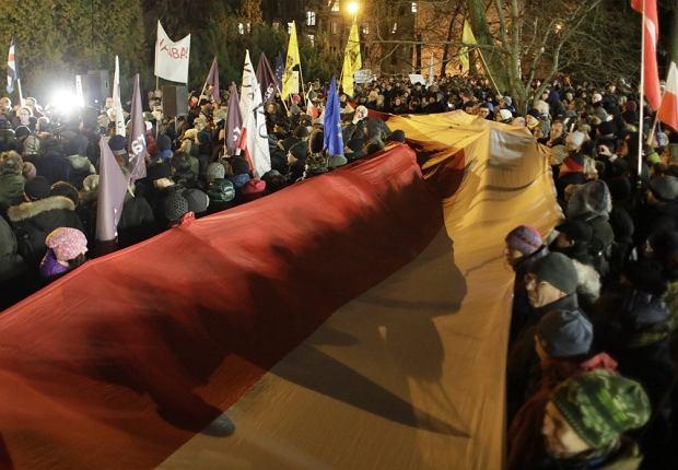 Manifestacja, przed budynkiem parlamentu, w obronie niezawisłych sądów
