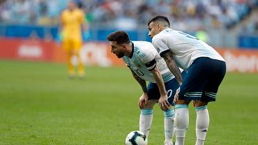 Lionel Messi i Leandro Paredes podczas meczu z Katarem
