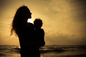 Najfajniejsze kobiety ciągle są wolne, czyli o wyższości matki nad bezdzietną singielką [FELIETON]