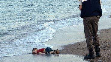 WRZESIEŃ. 9 września turecka policja znalazła na jednej z plaż w Bodrum nad Morzem Egejskim trzyletniego chłopca. Leżał twarzą w dół nad samym brzegiem. Miał na sobie czerwoną koszulkę, dżinsowe spodenki i buciki. Trzylatek, zidentyfikowany jako Aylan Kurdi, utopił się, gdy łódź z 11 innymi Syryjczykami, którzy usiłowali przedostać się do Europy, przewróciła się u wybrzeży Morza Egejskiego. Taki sam los spotkał jego matkę i pięcioletniego brata Garipa. Rodzina Aylana zmierzała na grecką wyspę Kos. Docelowo chcieli dostać się do Kanady, gdzie mieszkają ich krewni. Podróż przeżył jedynie ojciec. Zrozpaczony mężczyzna mówił prasie, że jedyne, czego teraz pragnie, to wrócić do Syrii i pochować rodzinę w Kobane, swoim rodzinnym mieście, z którego uciekli.