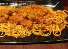 Spaghetti z ciecierzycą i oliwkami w sosie pomidorowym - ugotuj