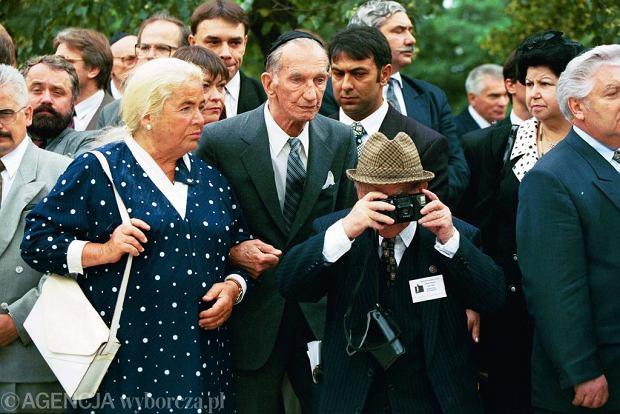 Jan Karski podczas uroczystości z okazji 50. rocznicy pogromu kieleckiego przed kamienicą, przy której zamordowano 4 lipca 1946 roku 37 Żydów. Lipiec 1996 roku