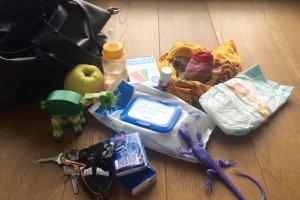 10 obowiązkowych przedmiotów w torebce każdej mamy. Nosicie?