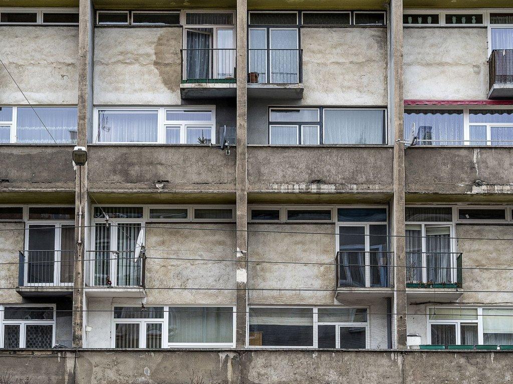 Każde mieszkanie miało na dole pokój dzienny, kuchnię i toaletę, na górze sypialnię z niewielkim balkonikiem i łazienkę (fot. Filip Springer)