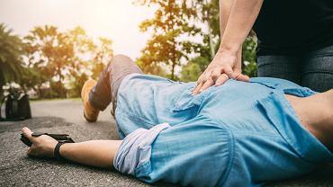 Resuscytacja krążeniowo-oddechowa to zespół działań, które należy wykonać u osoby, która straciła przytomność i nie oddycha. Schemat, zgodnie z którym trzeba postępować, obowiązuje na całym świecie i jest niezbędny, aby ocalić czyjeś życie.