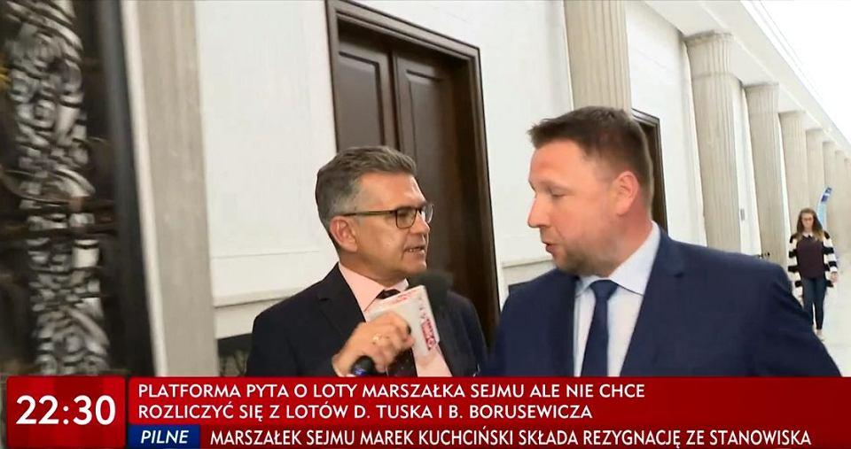 Marcin Rosiński, reporter TVP Info, przepytuje w Sejmie Marcina Kierwińskiego, posła PO