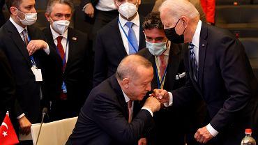 Prezydent Turcji Recep Erdogan podczas spotkania z prezydentem USA Joem Bidenem na szczycie NATO w czerwcu 2021